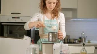 Женщина готовит хлеб для приворота