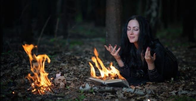 Девушка ворожит на огонь