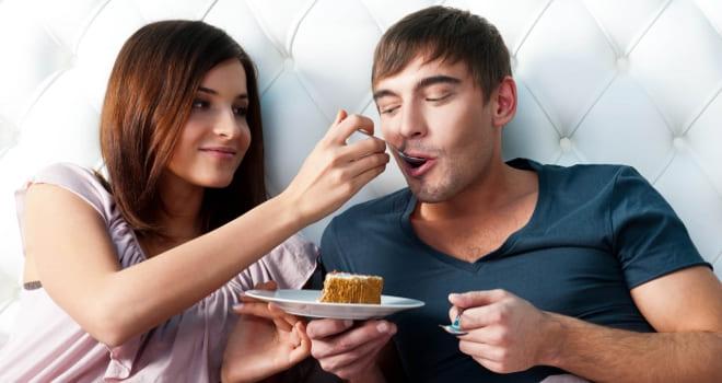 Жена кормит мужа заговорённым хлебом