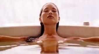 Расслабленная девушка в ванной