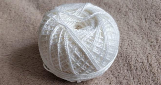 Белые нитки в клубке
