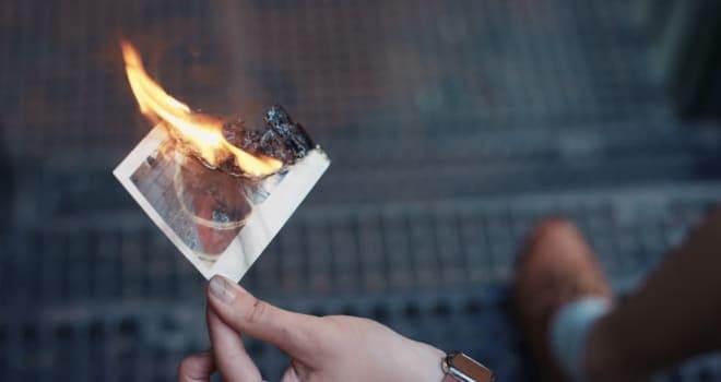 Сжигание снимка с изображением любимого человека