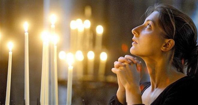 Девушка молится о возлюбленном
