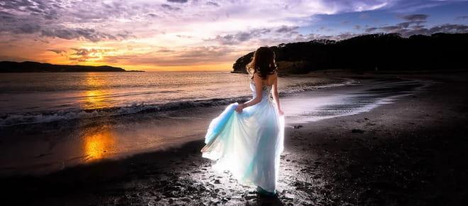 Девушка в белом на берегу