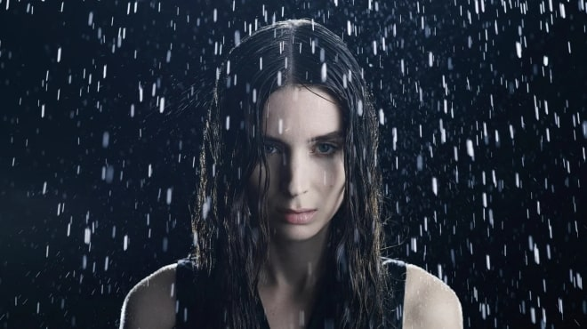 Женщина под ливнем