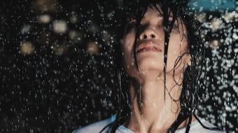 Девушка под проливным дождём