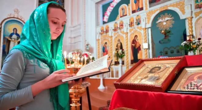 Женщина читает в церкви