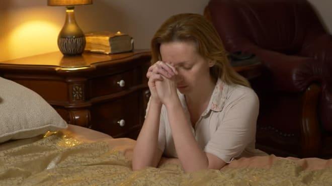 Девушка читает молитву об усопшем перед сном