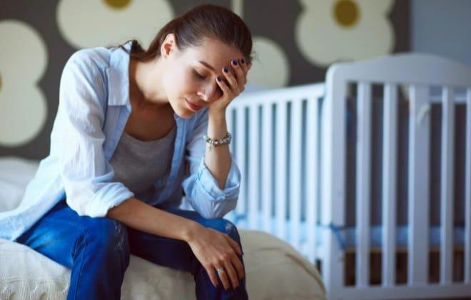 Переживающая женщина