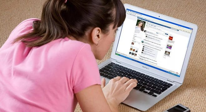 Девушка узнаёт новости из соцсетей
