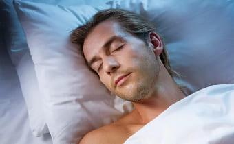 Спящий парень видит сон о предстоящей свадьбе