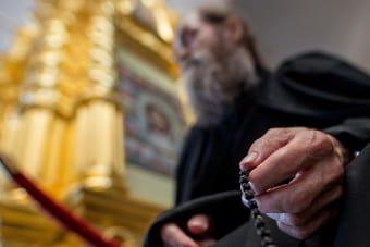 Батюшка молитсят в храме