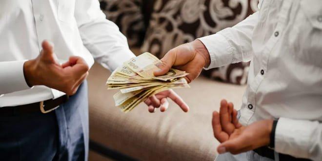 Передавать деньги чужим людям