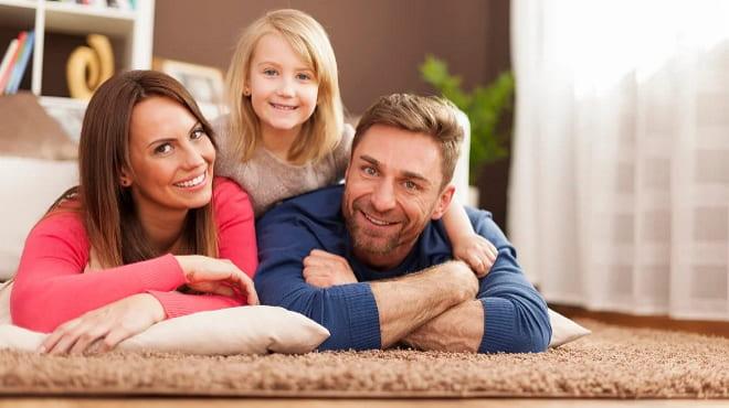 Муж с женой и ребёнком на ковре