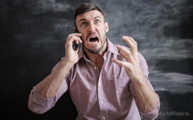 Злой мужчина разговаривает по телефону