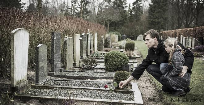 Дочка с папой на кладбище