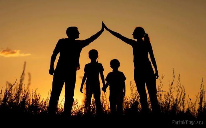 Счастливое семейство на прогулке