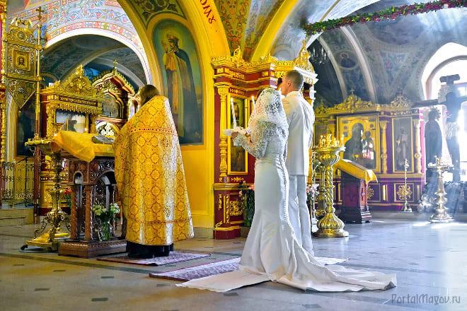 Супружеская пара в церкви
