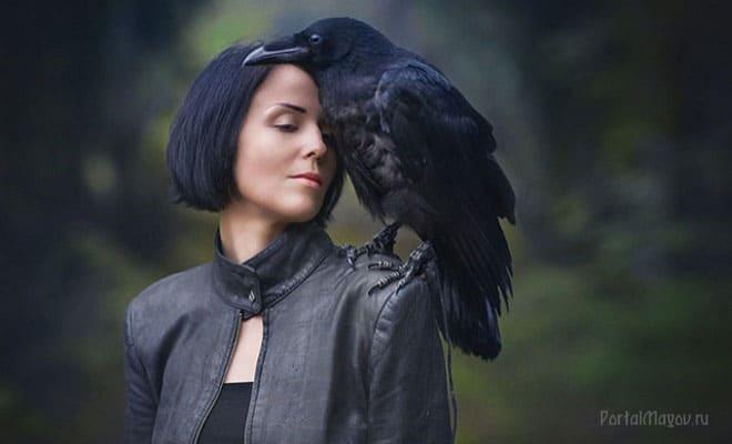 Ворон на плече женщины