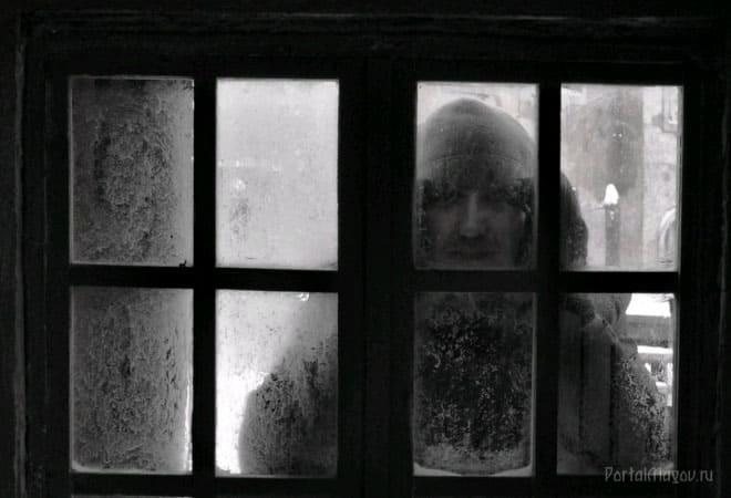 Призрак за окном