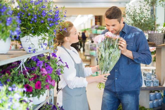 Мужчина выбирает цветы