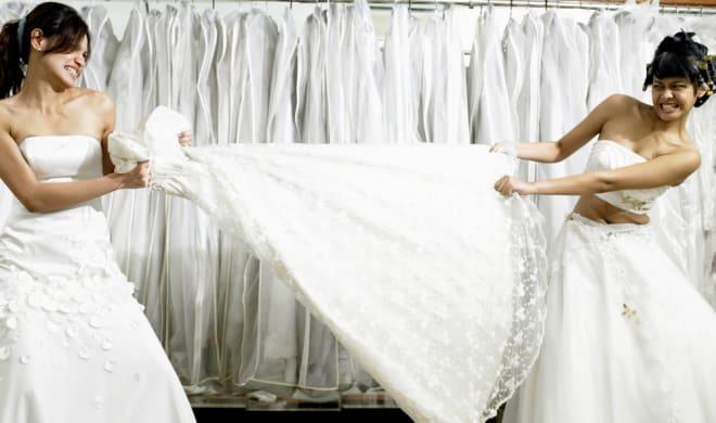 Девушки рвут подвенечное платье